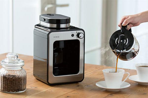 コーヒーメーカーでコーヒーを淹れているイメージ
