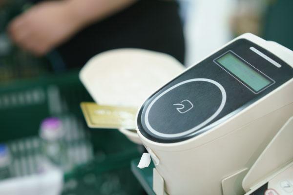 スマートウォッチでできること 手首をかざして決済できる「電子マネー」